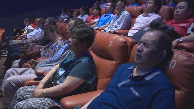 """这是一部""""话""""太多的电影,甘肃省组织盲人聆听电影《大河唱》"""