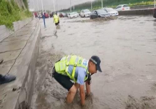 感动!兰州交警赤手疏通下水保畅通